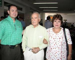 Carmen Luévano se trasladó a Los Ángeles en plan vacacional, fue despedida por José y Ricardo López.