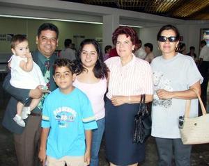 Evelyn y Jazmín Varela regresaron ayer a San Diego, las despidieron Guadalupe Talamantes, Guadalupe Ramírez, Francisco y Christian Varela.