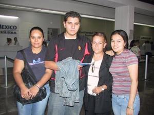 Luis Manuel Pérez Sánchez retornó a la capital del país, lo despidieron sus hermanas Euridice y Nayath Pérez y su tía Beatriz Luna.