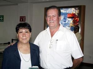 <b>06 de agosto</b> <p> Para atender asuntos familiares, se trasladó a México Aracely Gutiérrez de Servín, la despidió su esposo Francisco Servín.