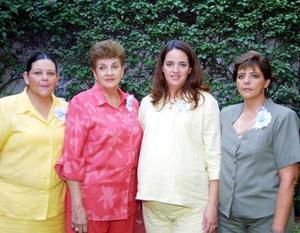 Daniela Izaguirre de Ramos acompañada de las señoras Angélica Torre González, Angélica Izaguirre Torre y Gabriela Izaguirre de Díaz, anfitrionas de su fiesta de canastilla.