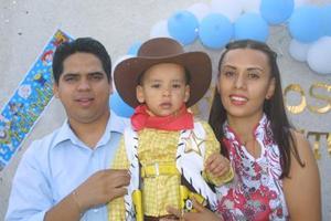 Carlos Alejandro Perales Cassio con sus papás Carlos Alejandro Perales Beltrán y Karla Cassio de Perales, en el festejo que le ofrecieron por sus dos años de edad