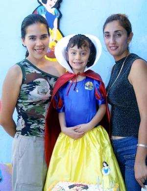 La niña Andrea Hiadly Ocón Luna lució hermosa con su vestido de Blanca Nieves en la fiesta que le ofrecieron por su sexto cumpleaños, la acompañan su mamá y su tía.
