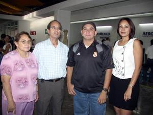 Rogelio Rodríguez Martínez viajó a Ensenada, B.C para estudiar una maestría, lo despidieron sus papás Rogelio e Irene Rodríguez y su hermana Maru
