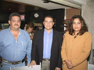 Federico Juárez y Yolanda Barrios se trasladaron a Aguascalientes para impartir una plática de transplantes, los despidió Arturo Juárez.