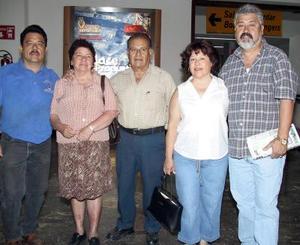 <b>08 de agosto</b> <p> Ernesto y Silvia Garza, Magdalena y Miguel Pámanes retornarón a Los Ángeles, Cal., los despidió Miguel Pámanes.