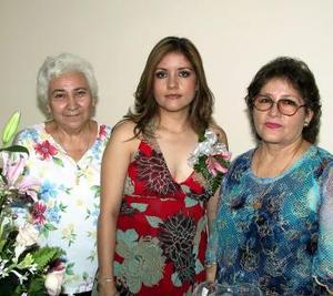 Mónica Miramontes Mendoza acompañada de Clara Martínez y Rosa María Mendoza , anfitrionas de sy fiesta pre nupcial.