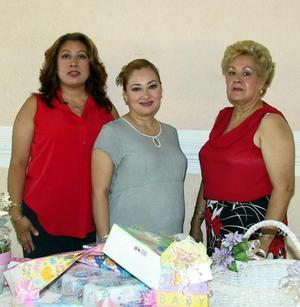 Cecilia Alemán de Cepeda aparece acompañada de las anfitrionas de su fiesta de canastilla, María Elena García y Liliana Alemán