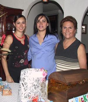 Mary Carmen Valenzuela con las organizadoras de su fiesta de canastilla, Katia Valenzuela y María del Carmen Guerrero.