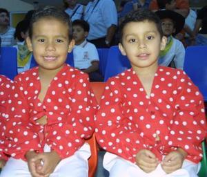 Jesús Garza Caballero y Sergio Caballero Bilbao, quienes participaron en una coreografía el día su ceremonia de graduación.