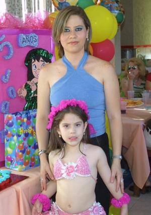 Joanna Castillo Ramos con su mamá Margarita Castillo en la fiesta que le ofreció recientemente por su cumpleaños.
