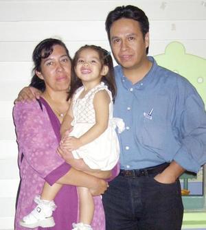 María de los Ángeles con sus papás Arcelia Aguilar y Eleazar Chávez en la fiesta que le ofrecieron por su onomástico.
