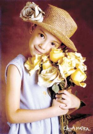 Niña Aileen Aguilera Valdés con una fotografía de estudio con motivo de su cumpleaños.