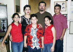 Arnulfo Padilla y Concepción Guillén de Padilla con sus hijos, Arnulfo, Andrés, Jéssica y Natalie Padilla de Guillén.