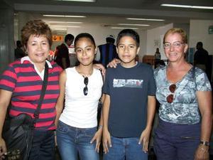Isabel Flores y sus hijos Emmanuel e Isabel Flores regresaron a los Ángeles, fueron despedidos por Gisela Pérez.