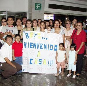 La familia García fue captada en la sala del aeropuerto local, previo a recibir al joven Roberto Santos García quien regresó de una misión de dos años.j