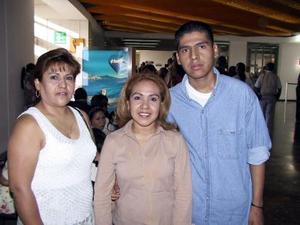 Hacia Los Ángeles, Cal., viajó Monserrat Dorado, fue despedida por su mamá, Mary de Dorado y su hermano Ernesto.