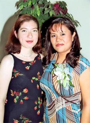 Mayela Delgado con su amiga María Lidia Cervantes Peña organizadora de una de sus despedidas de soltera.