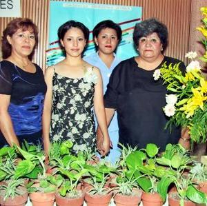 Nidia M. Torres Estrada  en su despedida de soltera, acompañada de Margarita Estrada de Torres, Sarahí Martínez Torres y Mauricia Torres de Martínez.