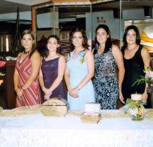 Brenda Román Flores con su hermana Yoyis de Caballero, Maribel de Román, Marisol y Cecilia Ortiz el día de su fiesta prenupcial
