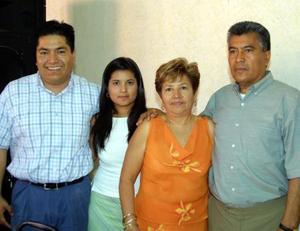 Carmen Agular festejó su cumpelaños en compañia de su esposo, Francisco Mora y sus hijos Liliana y Francisco.