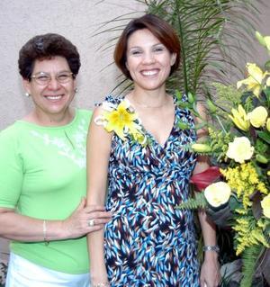 Claudia de Martins junto a una de las anfitrionas de su fiesta de canastilla.