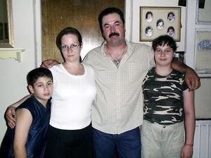 Jesús Guillén y Gabriela Martínez de Guillén y sus hijos Gabriela y Jesús quienes están de visita en la Laguna y que actualmente radican en Los Ángeles. Cal.