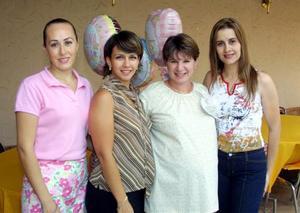 Junto a las anfitrionas de su fiesta de canastilla aparece Mónica Jaik de Cantú. Ellas son Lorena Arellano de Mancillas, Lucero Lomas de  Oviedo y Nora Parras de Máynez.