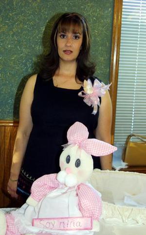Karem Hernández de Soto, en la fiesta de regalos para bebé que le ofrecieron en días pasados.