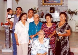 María Jacobo Pineda acompañada de sus hijas, Juanita, Queta , Elvira y Mere, su yerno  Rafael Hernández, su nieto David Hernández Cstillo y bisnieto en su cumpleaños número 100.