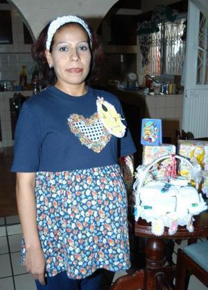 Numerosos obsequios y felicitaciones recibió en su fiesta de canastilla María Antonia Sánchez Lara.