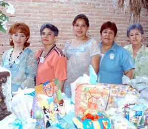 Una fiesta de canastilla fue ofrecida en honor de Pola Rea de Bárcena organizada por María Teresa de Bárcena, Ana María Rea, Alicia Rodríguez y Cecilia Bárcena.