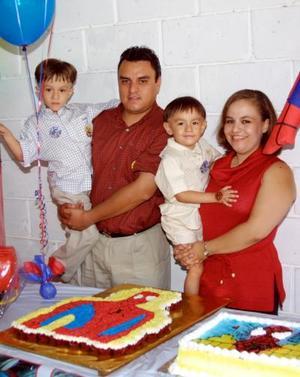 Edson Alain Cheang González fue festejado por su tercer cumpleaños por sus padres Héctor Cheang y Blanca E. González y su hermanito Jared.