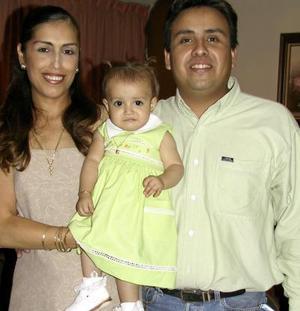 María Fernanda con sus papás los señores Sandra Violante de Herrera y Gilberto Herrera en la fiesta de su primer aniversario de vida.