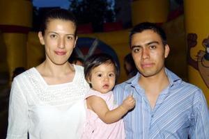 Regina Robles Banuet con sus papás, María Luisa Banuet y Miguel Ángel Robles, en el convivio que le ofrecieron por su primer año de vida.