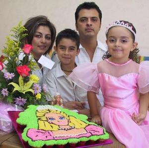 Una divertida piñata le ofrecieron a Elexa Nuñez Ruiz al cumplir cinco años de edad sus padres Hugo y Alejandra Nuñes y su hermano Hugo Alexi.