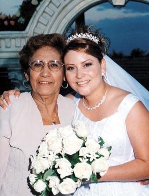 Anny Ayup y la señora Concepción Luévano de Muñoz.