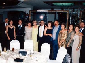 Isauro, Marto, Claudio, Nety, Güera, José, Blanquita, Rafael y Lalis en una recepción nupcial.
