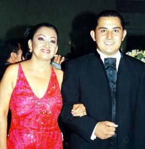 Marco Antonio Meléndez Rodríguez con su mamá Consuelo Rodríguez García el día de su ceremonia de graduación.