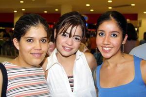 Laura Ordaz, Liz de Ramírez y Oli Ibarra captadas mientras hacían sus compras en un centro comercial de la ciudad