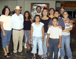 <b> 12 de agosto </b> <p> Retornaron a Los Ángeles, Elsa A. de Loya y sus hijas Stephanie y Mariana, los despidió la familia Alonso Venegas.