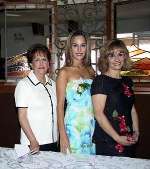 Astrid Alatorre con su mamá, Adriana Serna de Alatorre y su futura suegra, María de Lourdes Barroso de Arena.