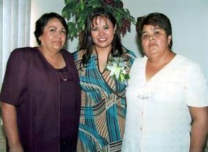 Mayela Delgado Fematt en su última despedida de soltera, a la que asisteiron su mamá María Dolores Fematt de Delgado y su  suegra Felipa Vázquez de Pérez, ella contrajo matrimonio recientemente.