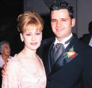Jacobo Batarse con su mamá Alma Reyes el día que contrajo matrimonio con Alejandra Garza.