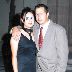 <b> 12 de agosto <b> <p> Olivia Espinoza y Carlos Macías captados al término de una ceremonia nupcial.