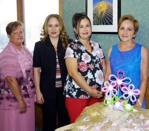 Por el cercano nacimiento de su bebé festejaron a Karla de la Cruz Coronado, con un convivio preparado por Lupita de la Cruz, Verónica de Del Río y María de Jesús de Coronado.