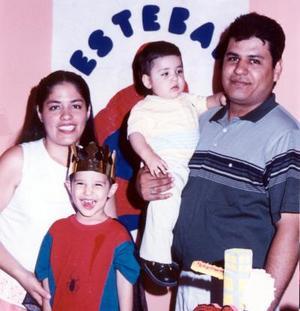 Contento se mostró con su fiesta que le ofrecieron por sus tres años de vida, el niño Esteban Martínez Hernández, lo acompañan sus papás Rodolfo Martínez y María del Pilar Hernández y su hermano Osvaldo.