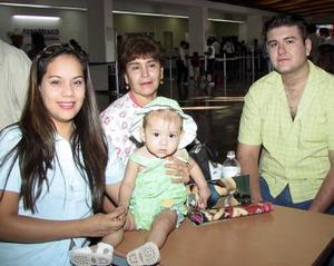 En plan vacacional se trasladaron a Mazatlán, Sin., Isabel R. de Muñoz, María Morán de Muñoz, Rodolfo Muñoz y la niña Aneth Michel  Muñoz.