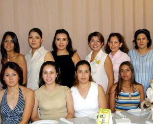 <b> 13 de agosto </b> <p> Un grupo de damas acompañadas a Vanessa Domínguez de García, en la fiesta de canastilla que le preparó su mamá Martha G.  de Domínguez. la festejada  espera un niño, que llevará por nombre Alejandro.