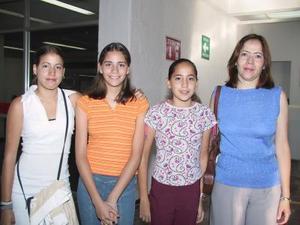 Atenea Beuchot Torres retornó a México, la despidieron su tía Leticia Hernpandez y sus primas Isabel y Jenifer.